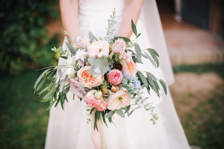 bouquet vintage pastello, con rose inglesi e delphinium