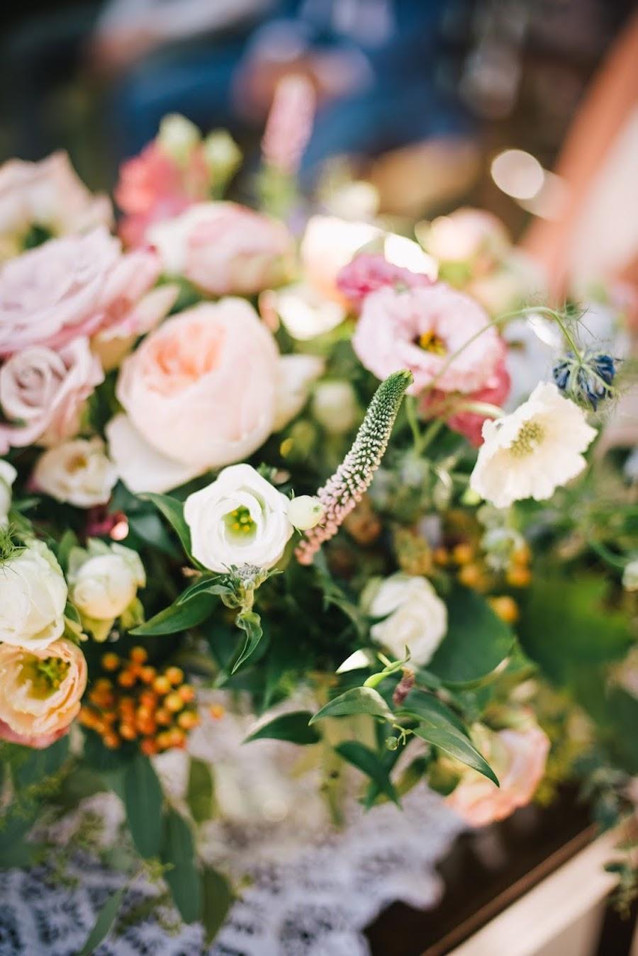 allestimento con fiori dai colori pastello