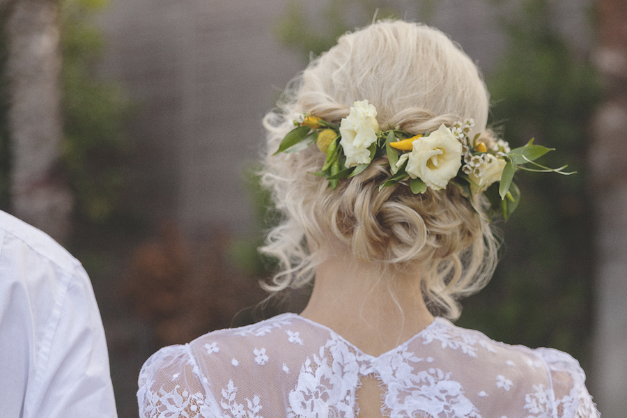 acconciatura sposa con lisianthus e peperoncini gialli