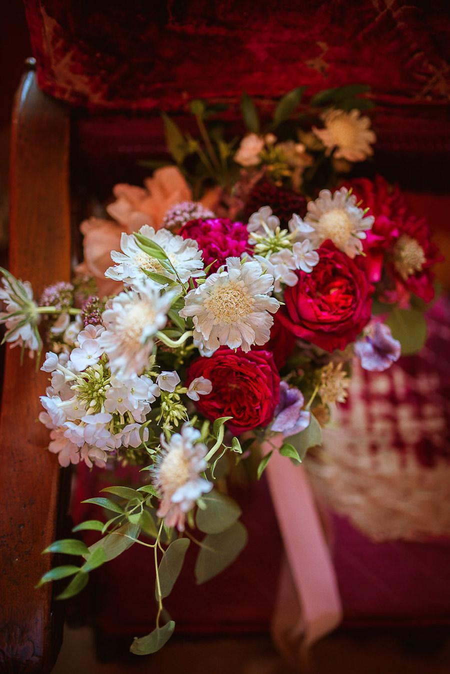 bouquet con rose inglesi rosse e scabiosa bianca