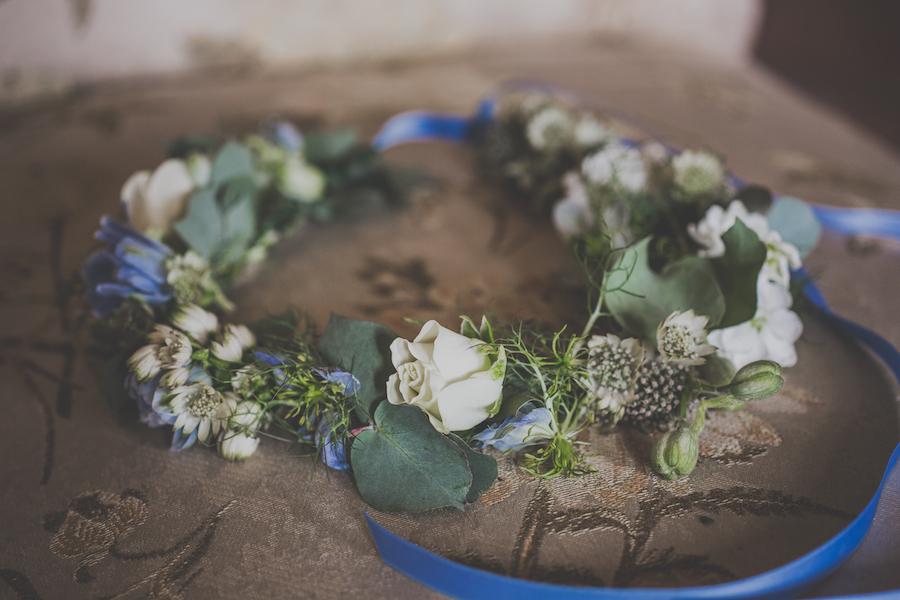 corona di fiori bianca, verde e azzurra