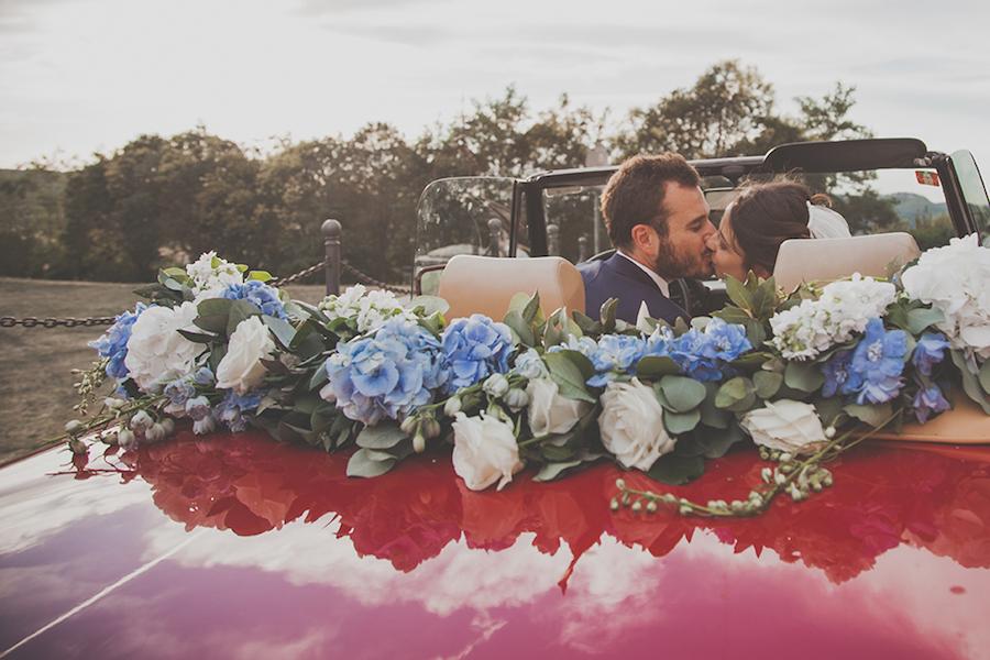 decorazione auto sposi con fiori azzurri e bianchi