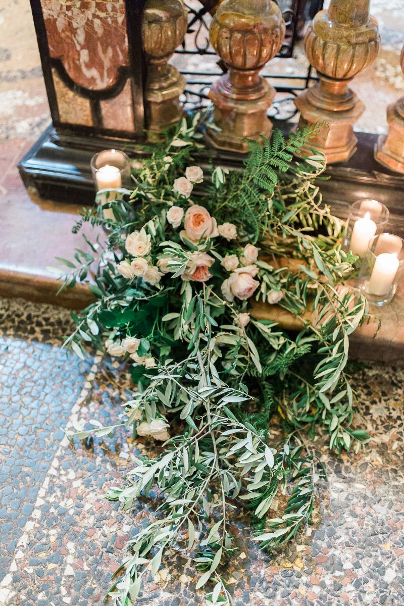 allestimento chiesa con rose inglesi e foliage