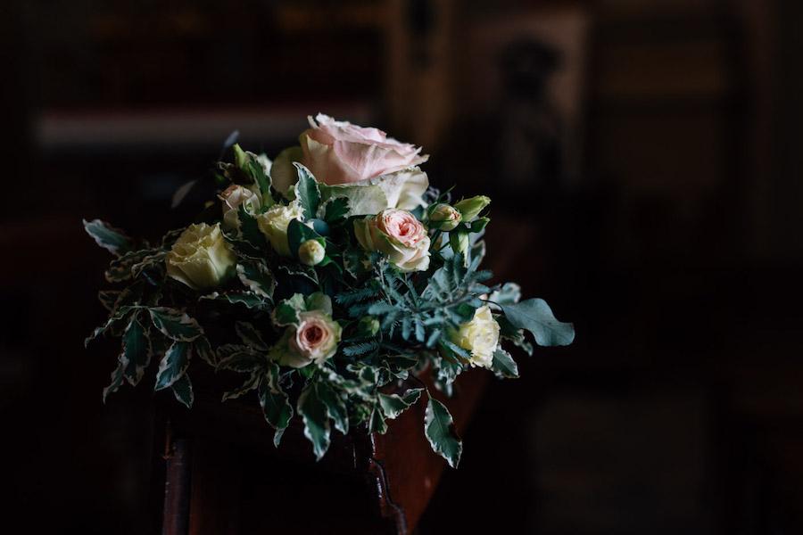 decorazione banchi chiesa con rose
