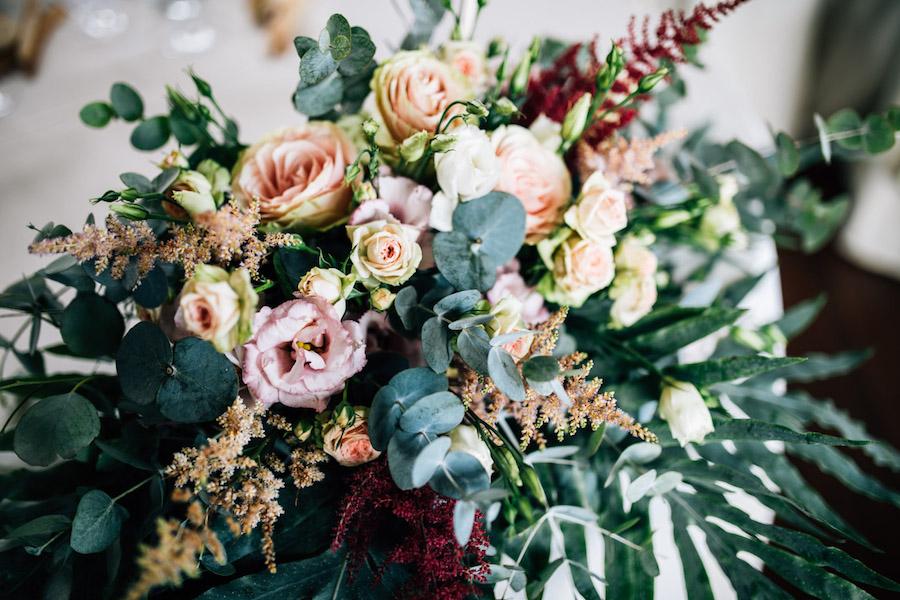 composizione con rose, lisianthus ed eucalipto