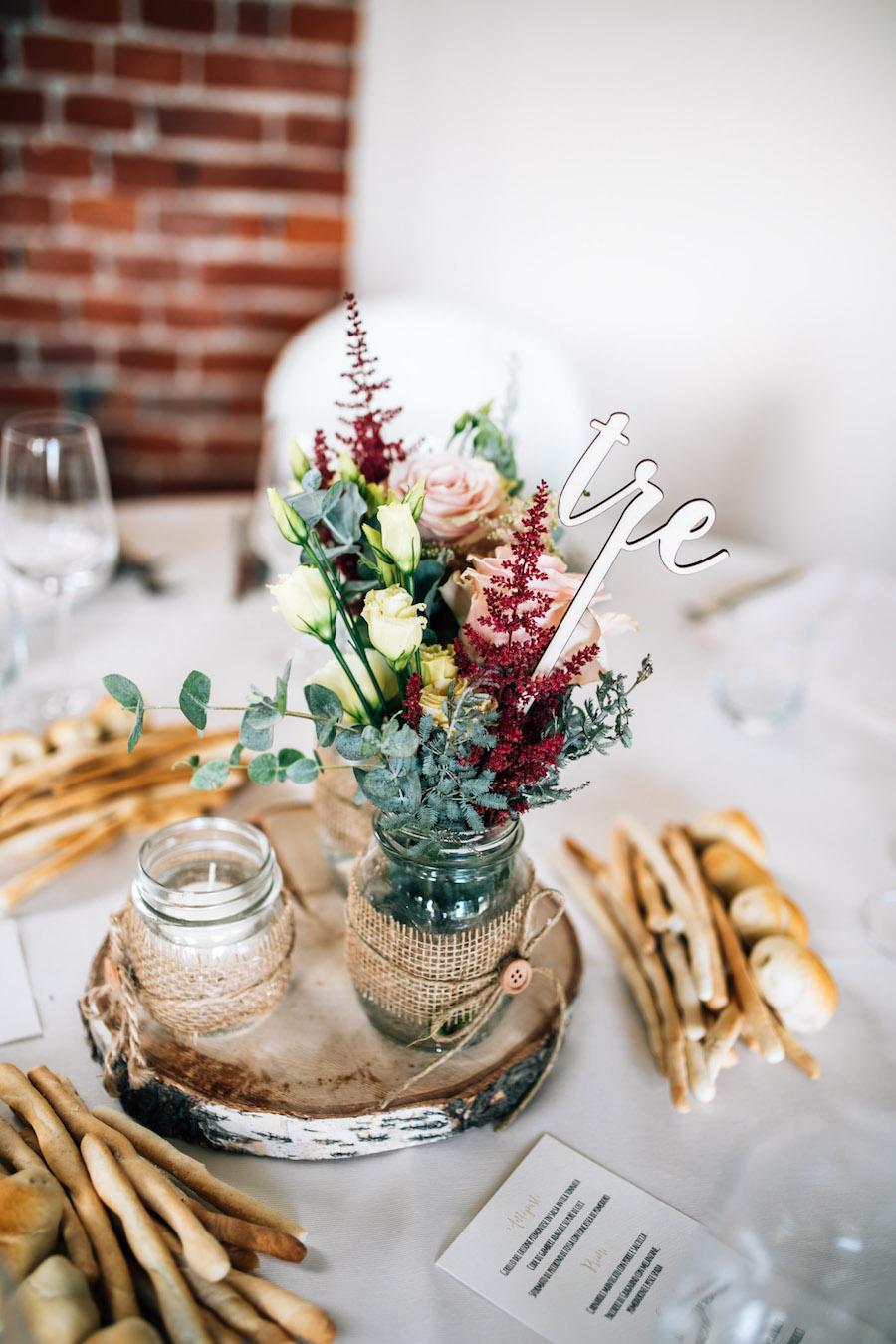 centrotavola romantico con base in legno
