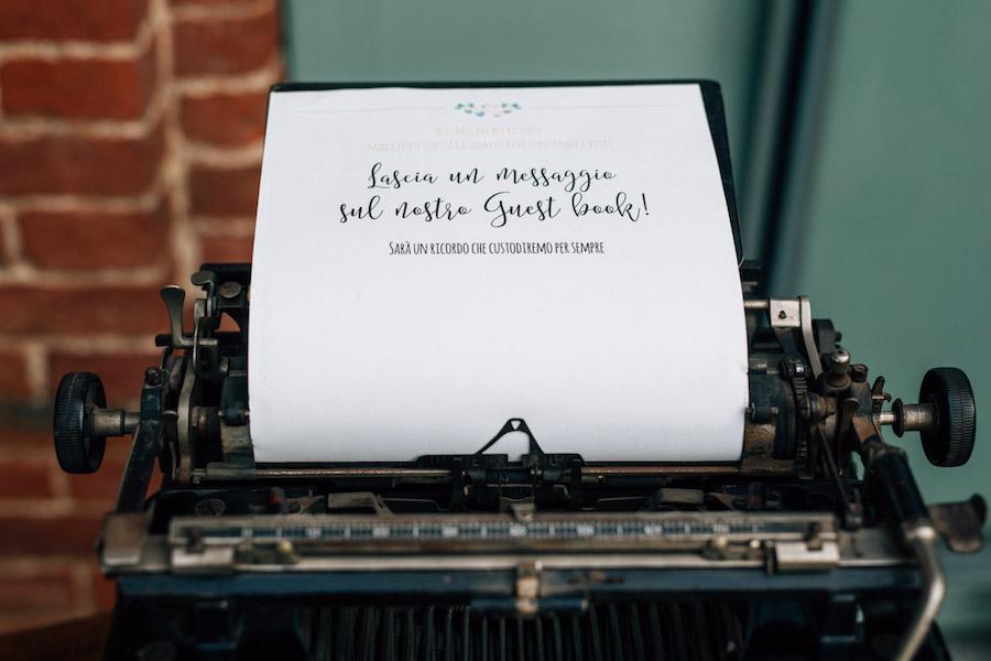 guestbook con macchina da scrivere