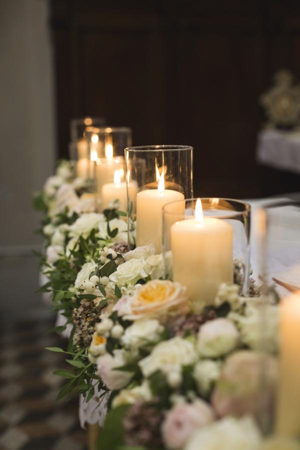 allestimento chiesa con fiori e candele