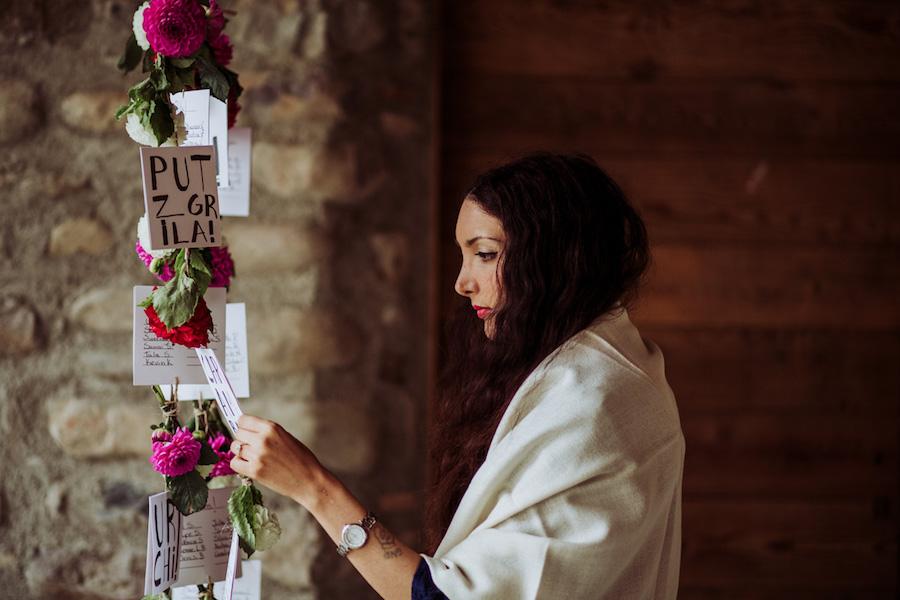 tableau de mariage con dalie rosse e fucsia