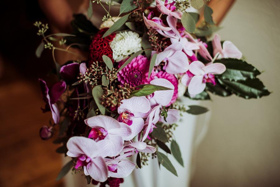 bouquet con dalie e orchidee fucsia