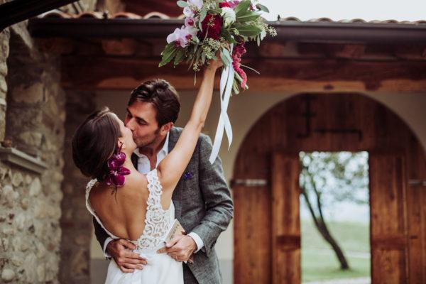 Un matrimonio in montagna con un tocco tropicale
