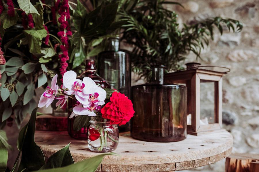 allestimento con orchidee e foglie tropicali