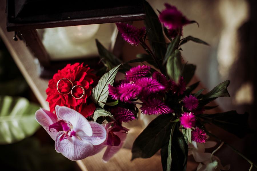decorazione sedia con dalie e orchidee
