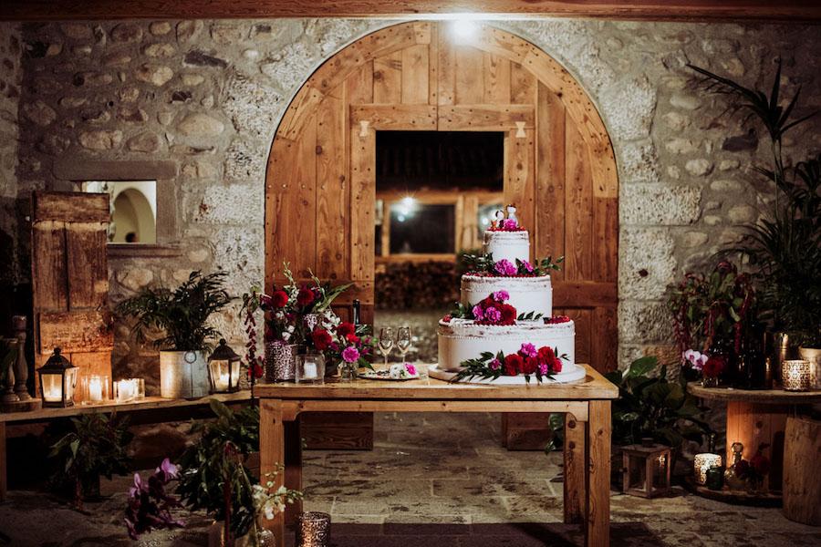 wedding cake con dalie fucsia e rosse