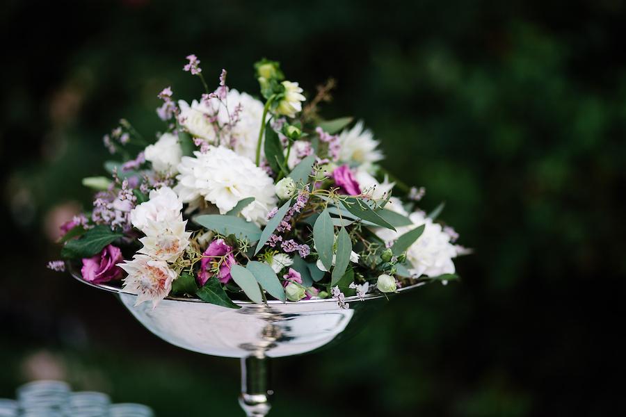 composizione floreale con dalie, lisianthus e foliage