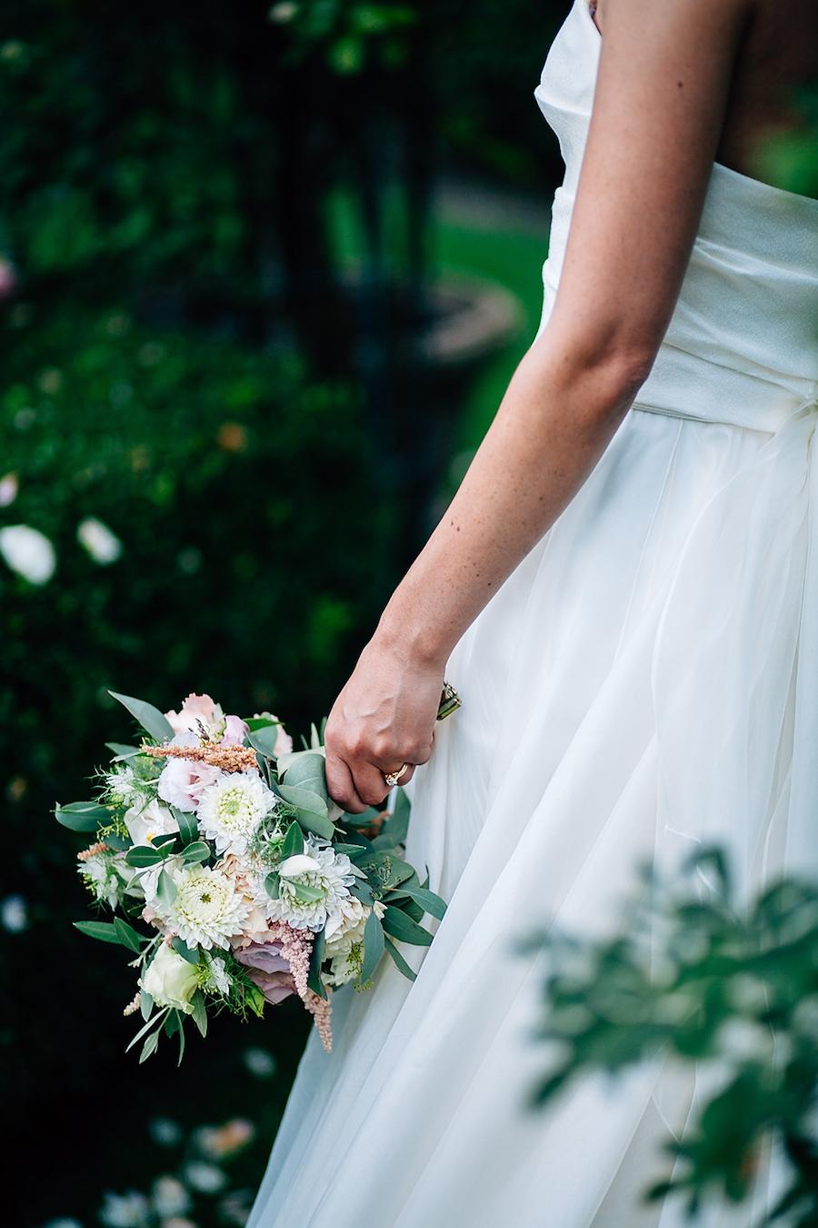 bouquet di dalie, rose e astilbe