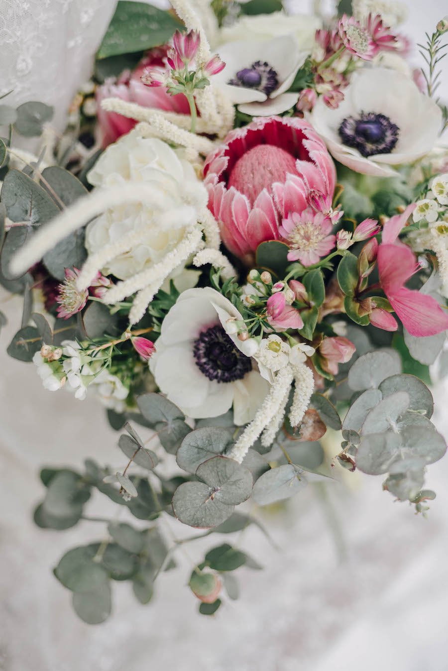bouquet con protee e anemoni