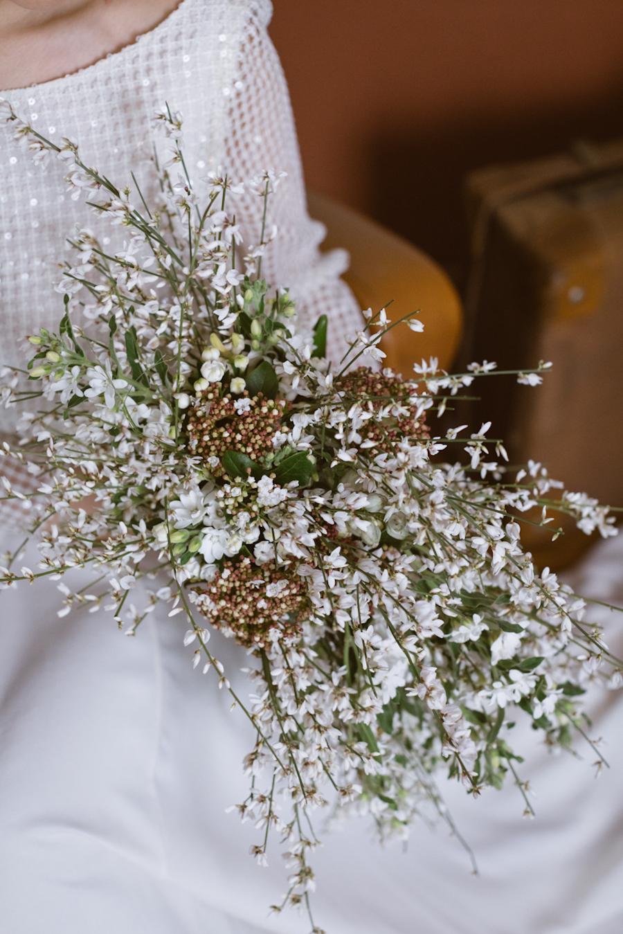 bouquet a cascata con ginestra e viburnun