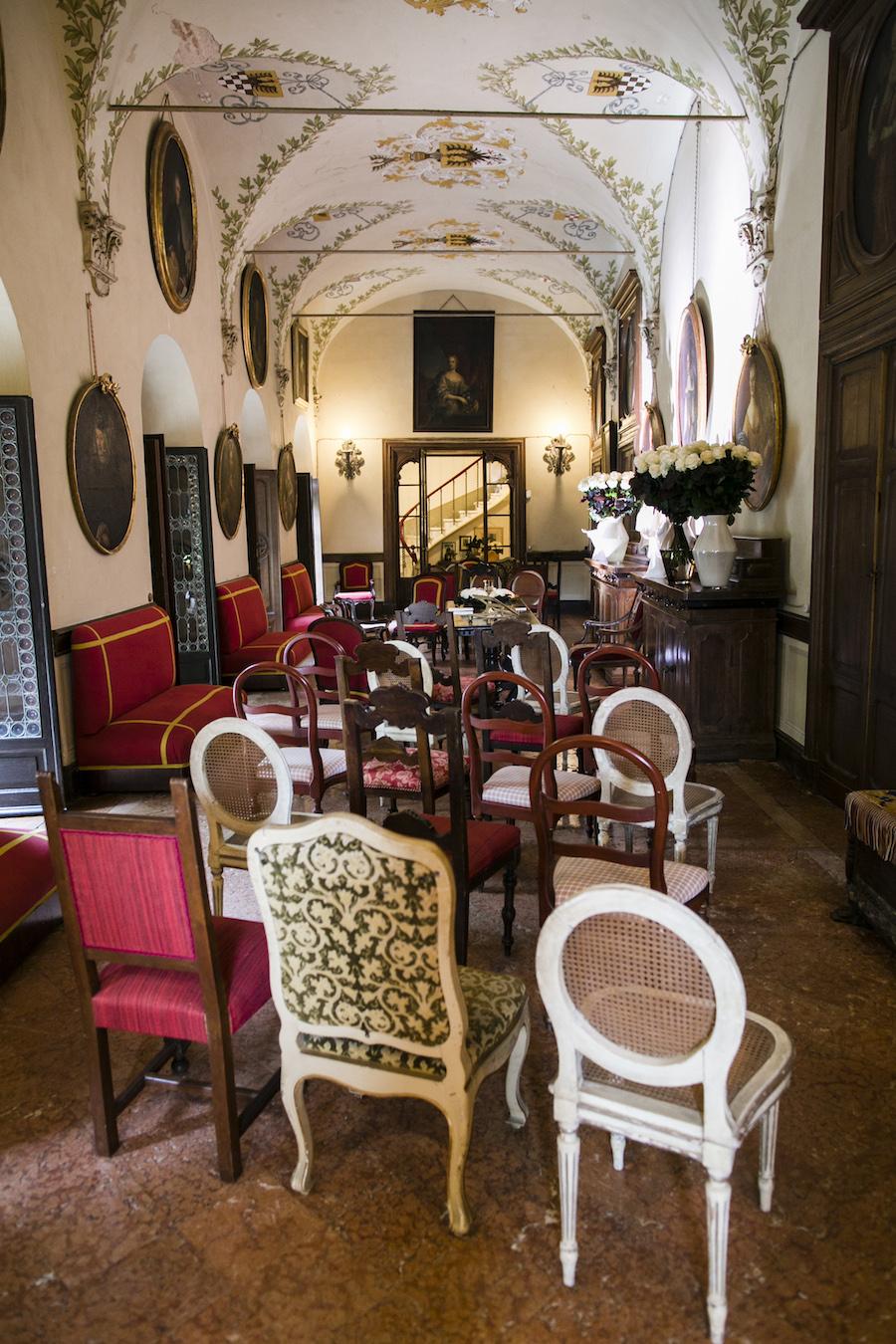 allestimento cerimonia con sedie diverse