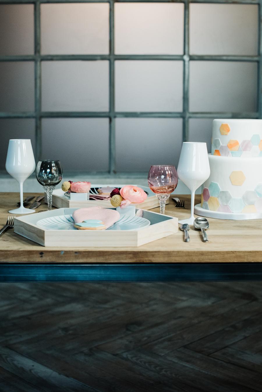 tavola matrimonio geometrico dai colori pastello