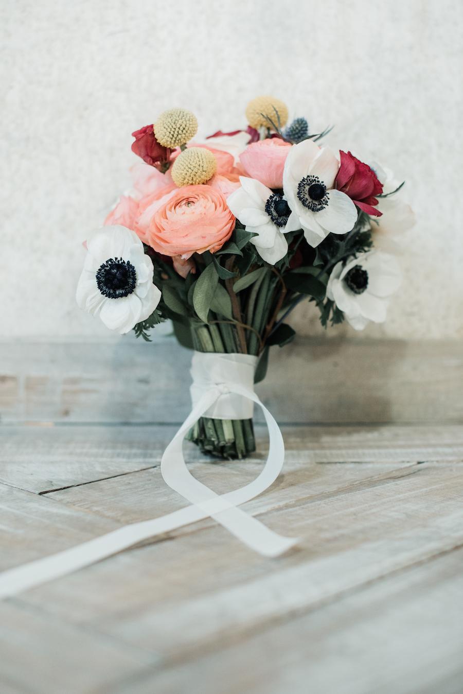 bouquet con anemoni, ranuncoli e craspedia