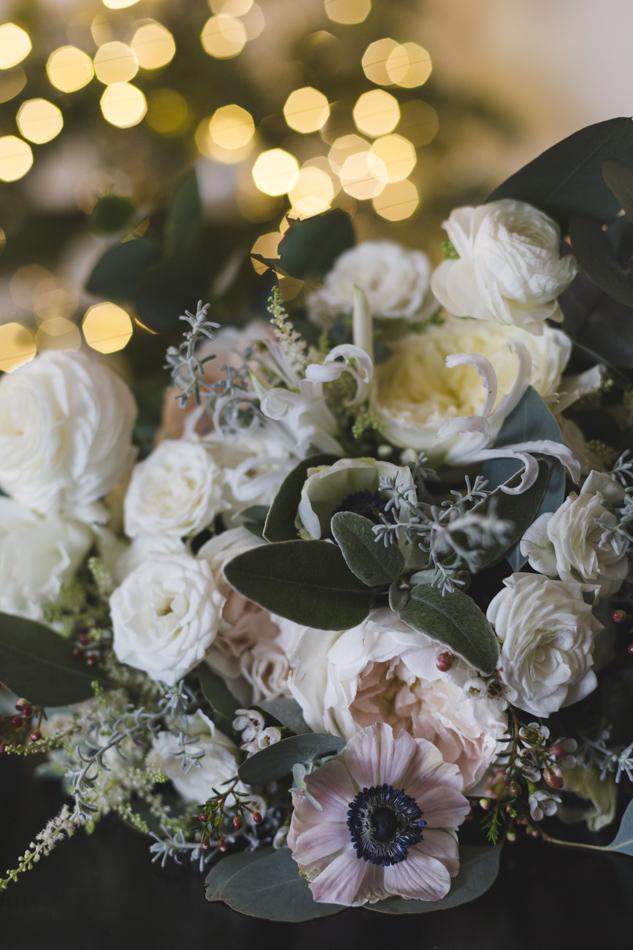 bouquet invernale con rose inglesi e anemoni