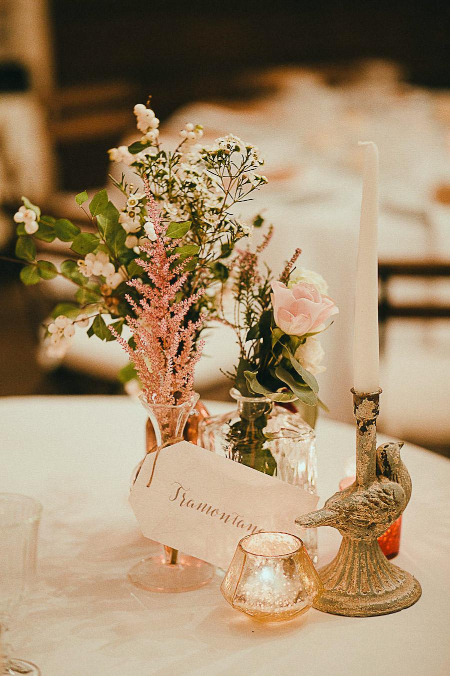 centrotavola con fiori rosa e bordeaux