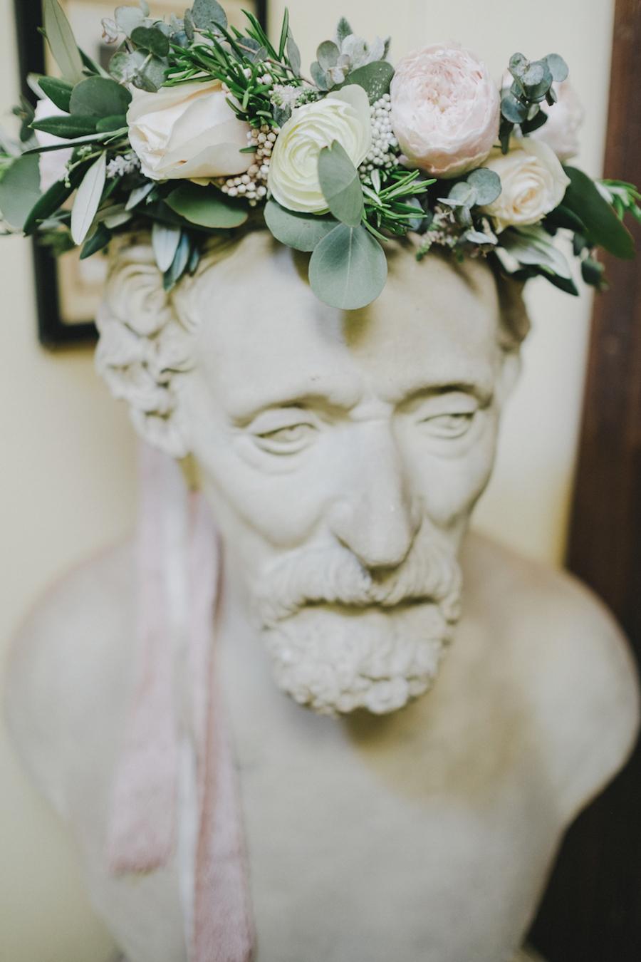 coroncina floreale con ranuncoli, rose ed eucalipto