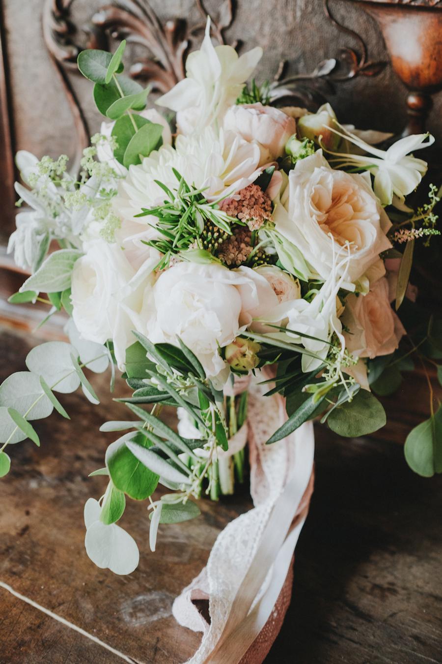 bouquet con rose inglesi, dalie, ed eucalipto