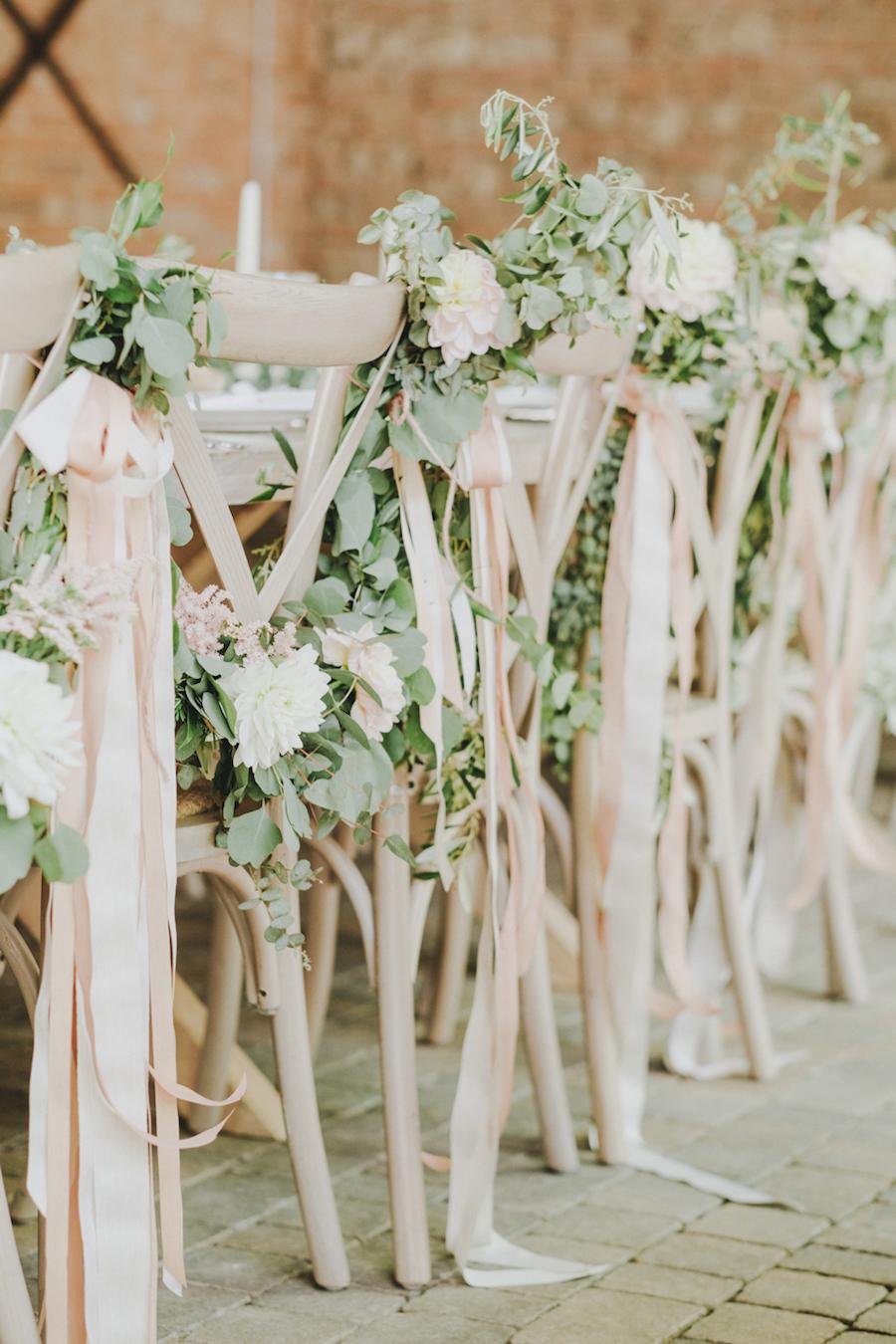 decorazione sedie con fiori, eucalipto e nastri