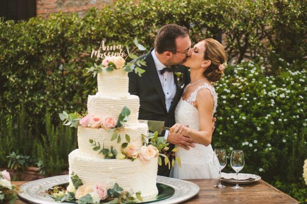 wedding cake bianca con fiori rosa e foliage
