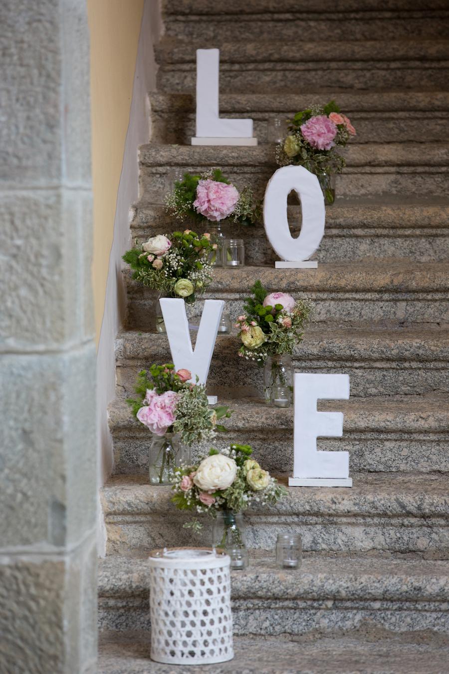 allestimento matrimonio con lettere e fiori