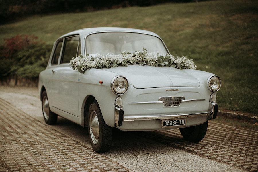 decorazione floreale per auto degli sposi