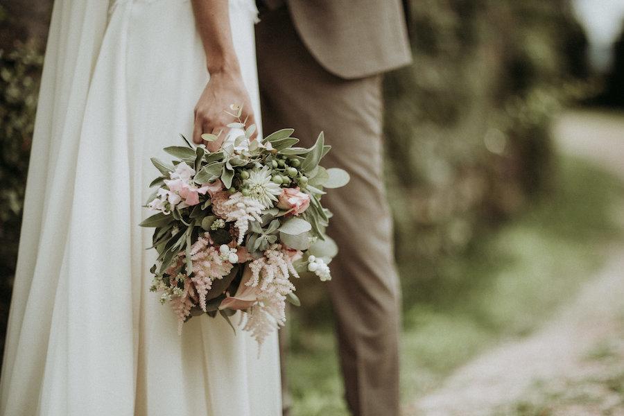bouquet con astilbe rosa e foliage