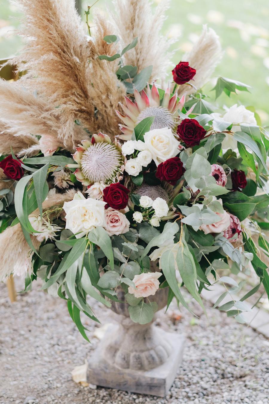composizione floreale bianca, bordeux con pampas grass