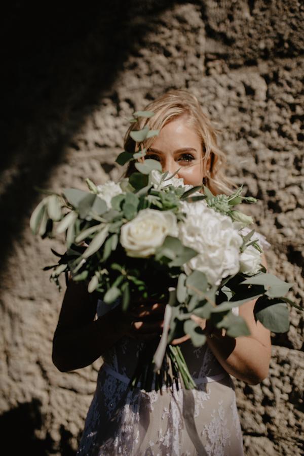 bouquet con fiori bianchi e foliage