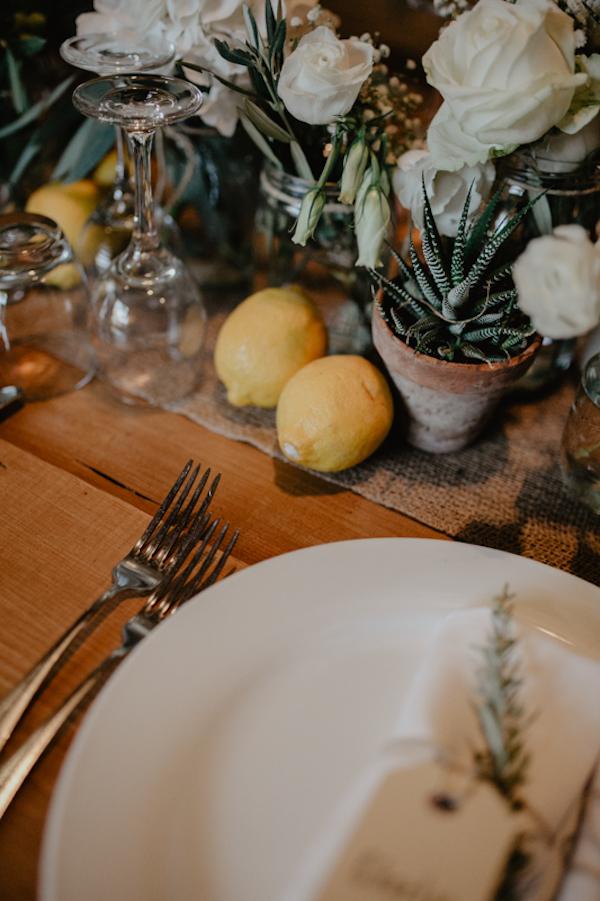 centrotavola con rose, limoni e piante succulente