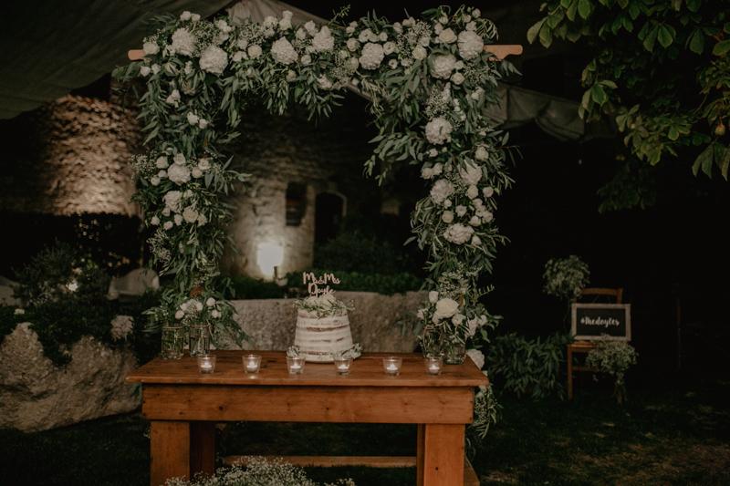 tavolo della torta con arco floreale