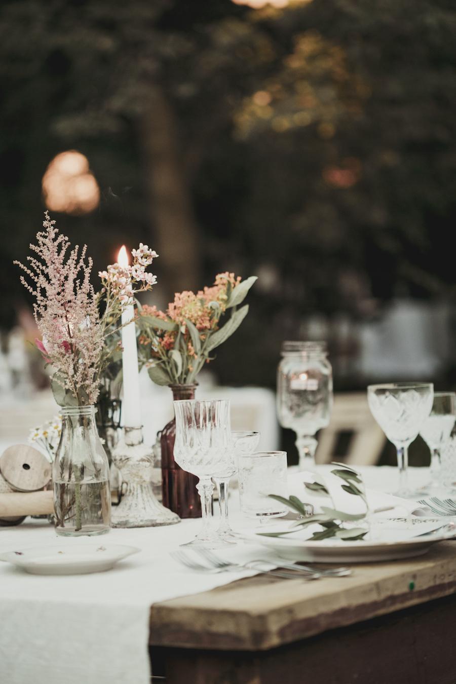 centrotavola con bottiglie e fiori