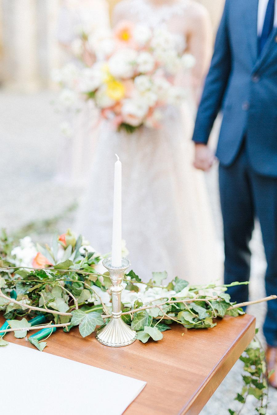 allestimento cerimonia con candele ed edera