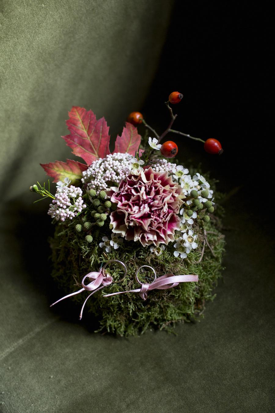 porta fedi con muschio e foglie autunnali