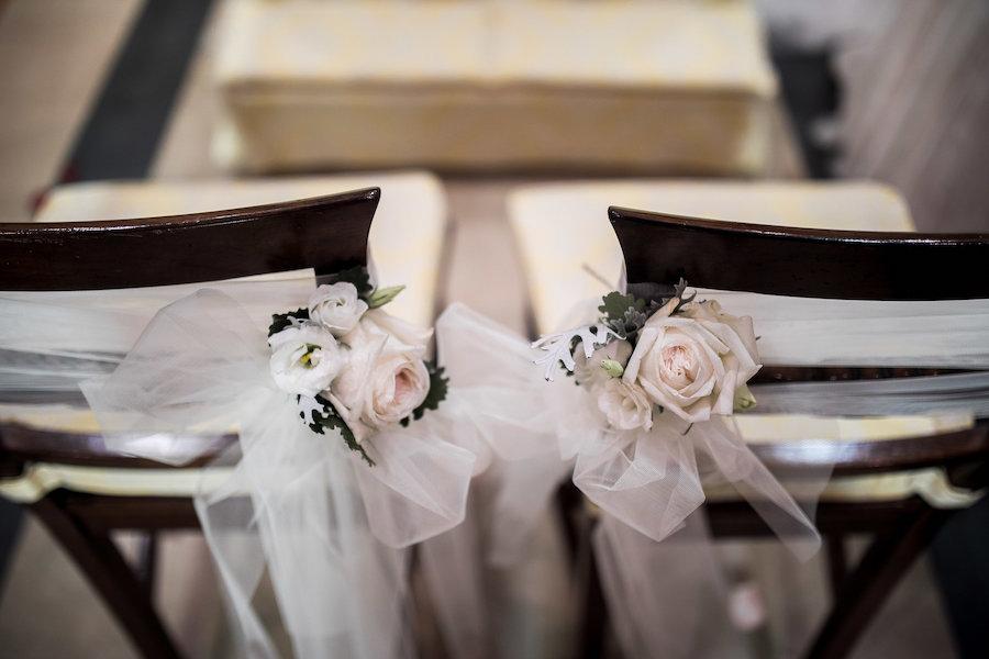 decorazioni floreali sedie degli sposi