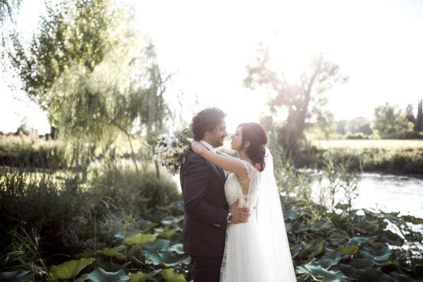 Un abito YolanCris per un matrimonio sul fiume