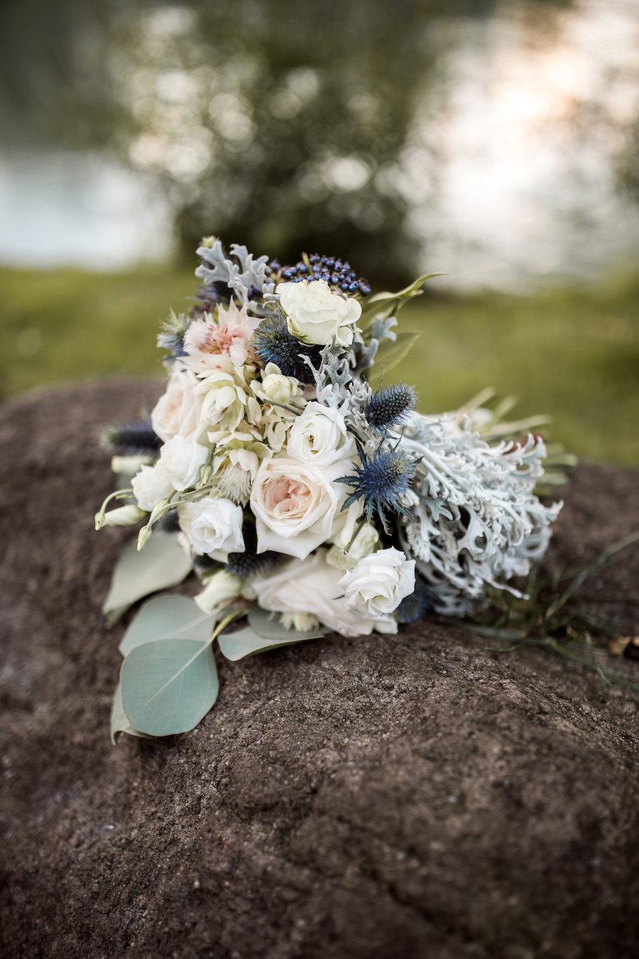 bouquet bianco, verde, azzurro e pesca