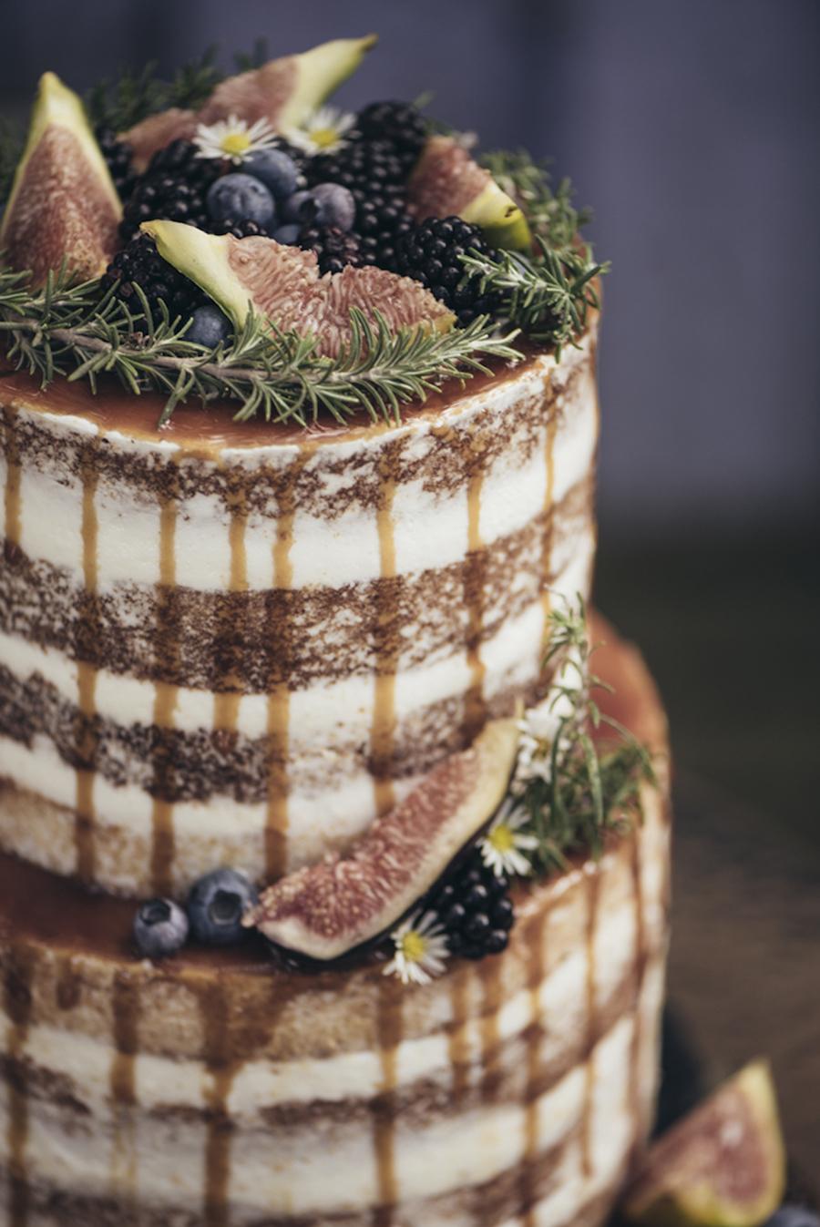 drip cake con fichi, mirtilli e more