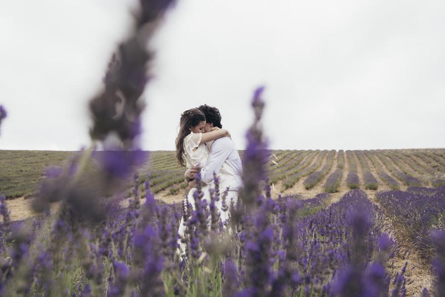 matrimonio in un campo di lavanda