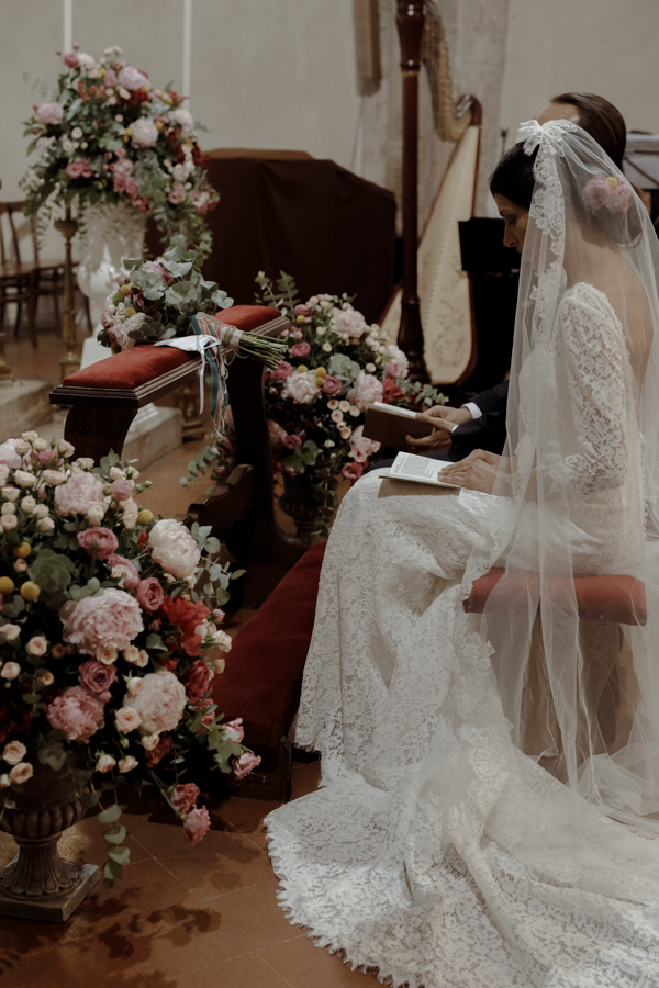allestimento cerimonia in chiesa rosa
