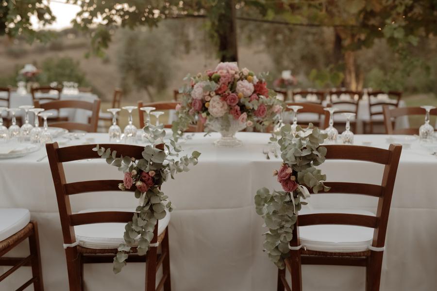 sedie degli sposi decorate con fiori e foliage