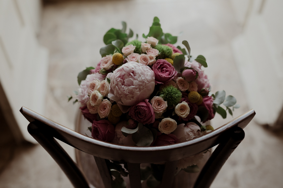 bouquet con peonie, rose ed eucalipto