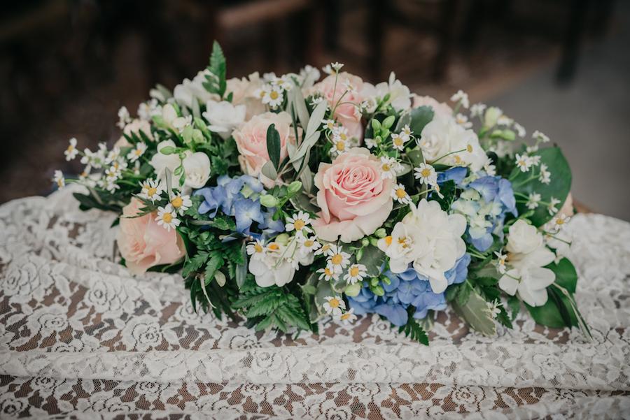 composizione floreale in rosa e azzurro